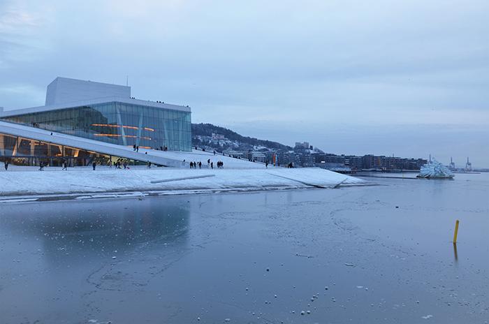 Sehenswürdigkeit in Oslo Opernhaus mit Schnee und vereistem Meer