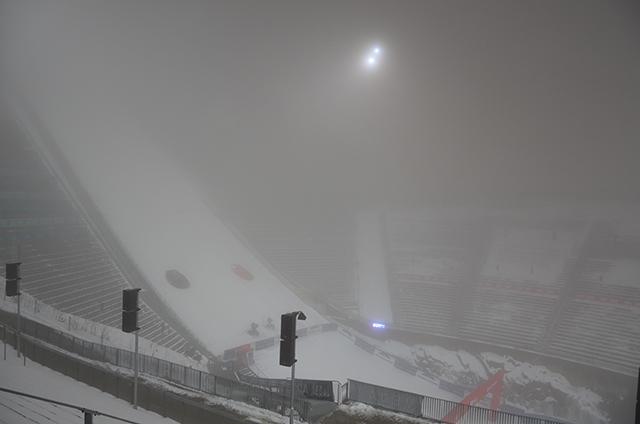 Holmenkollen Skisprungschanze im Nebel