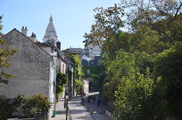 Montmartre - Straßenbild mit Blick auf die Sacre Couer