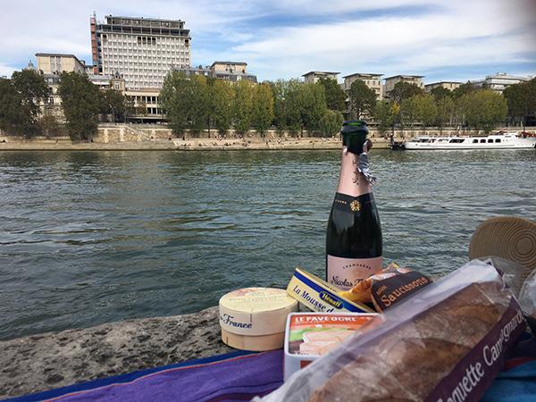 Kurztrip Paris - Seine Ufer - Picknick mit Champagner, Brot und Käse am Fluss