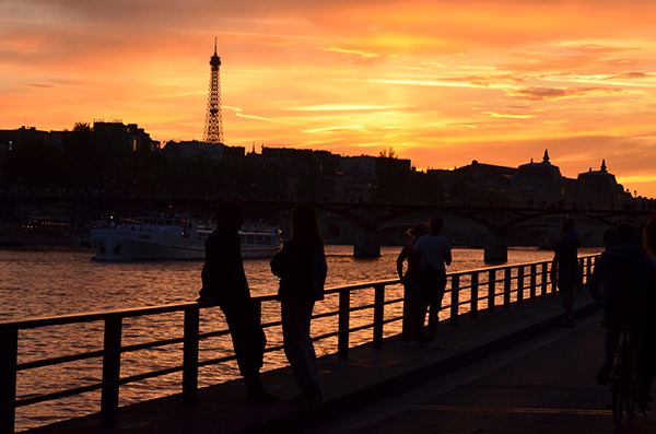 Kurztrip Paris - Seine Ufer bei Sonnenuntergang - Eiffelturm im Hintergrund