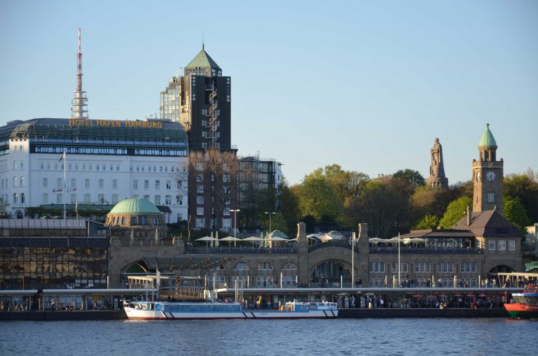 Blick-auf-Hamburg-Landungsbrücken