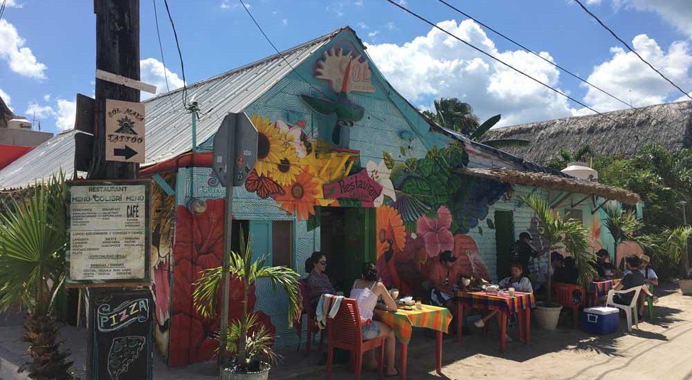 Insel Holbox Restaurant Sol, Tische vor dem Restautant