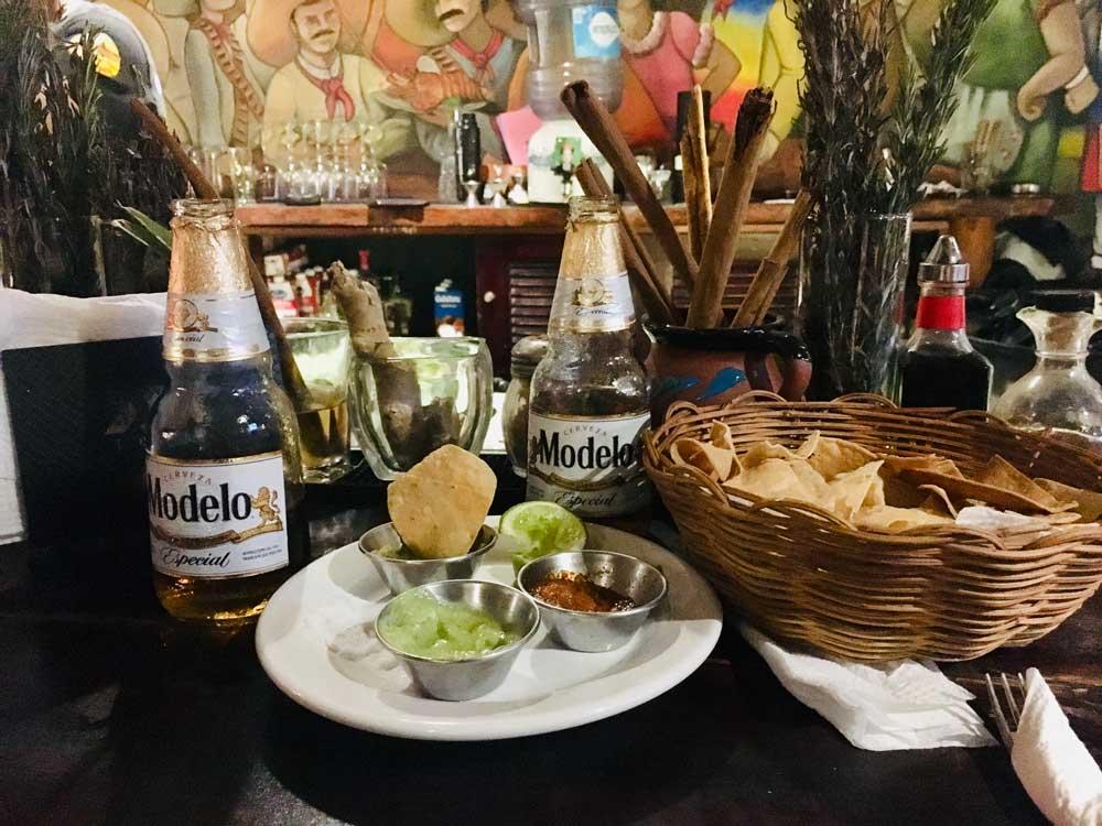 Insel-Holbox-Abendessen Nachos und Bier auf dem Thresen