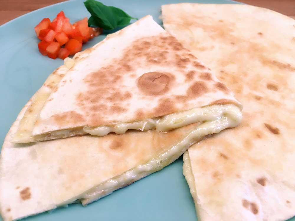 Quesadillas auf dem Teller mit Käse